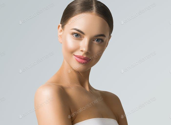 Saubere Haut Schönheit Frau Gesicht gesunde Haut natürliche Make-up gebräunt weiblich über blauen Hintergrund