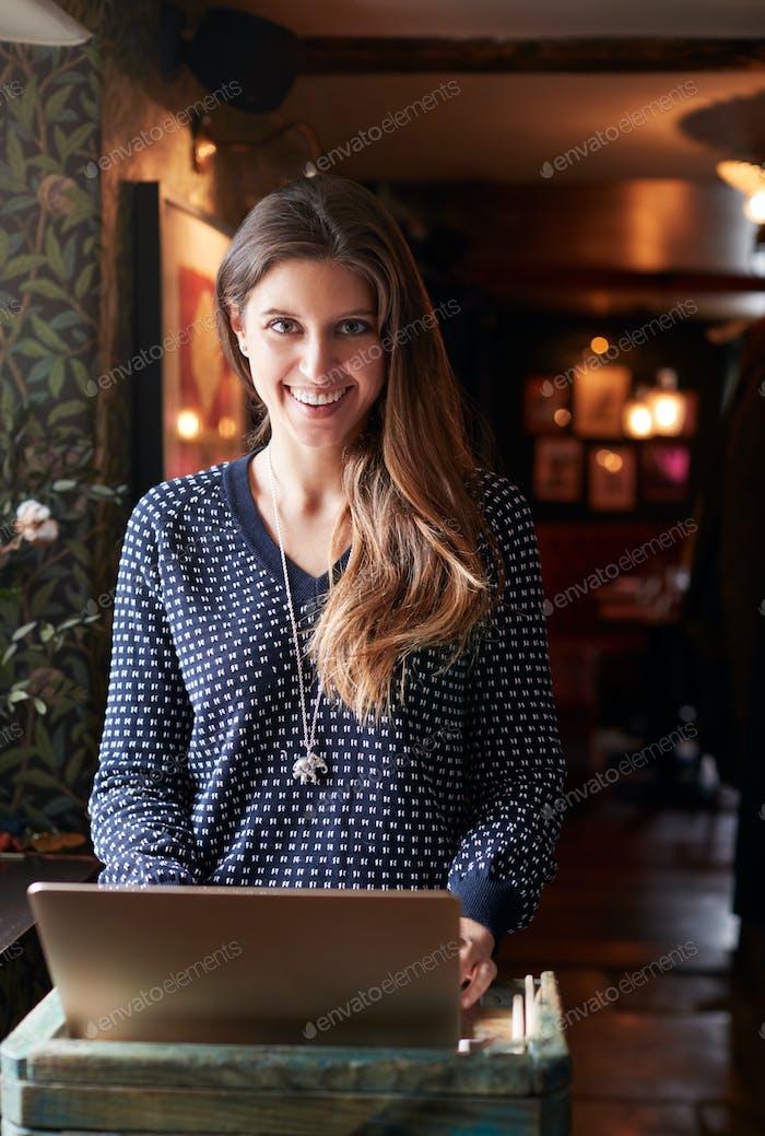 Porträt von weiblich Rezeptionist Arbeiten auf Laptop im Hotel Check In