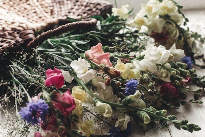 bunte Blumen im braunen Korb