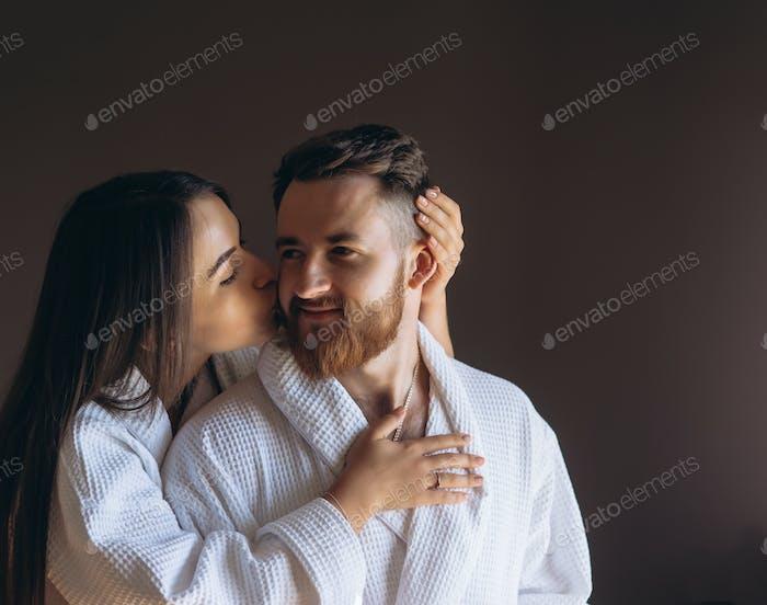 Glückliches Paar genießen sich gegenseitig Gesellschaft in einem Hotelzimmer