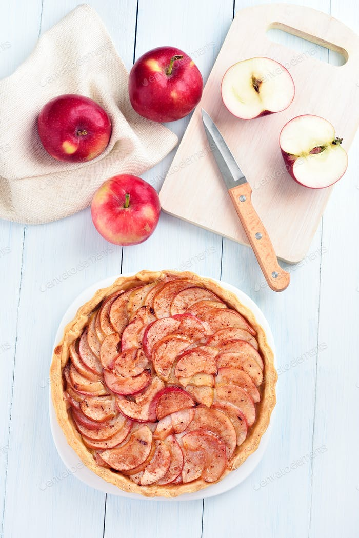 Pie with fresh apples