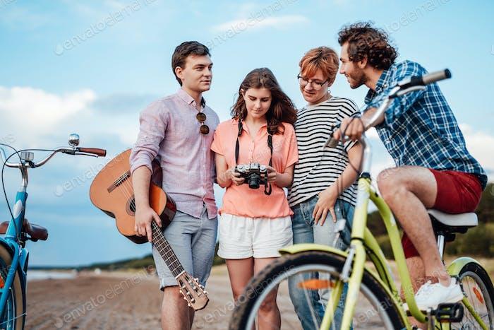 Se acopla con sus bicicletas en la playa