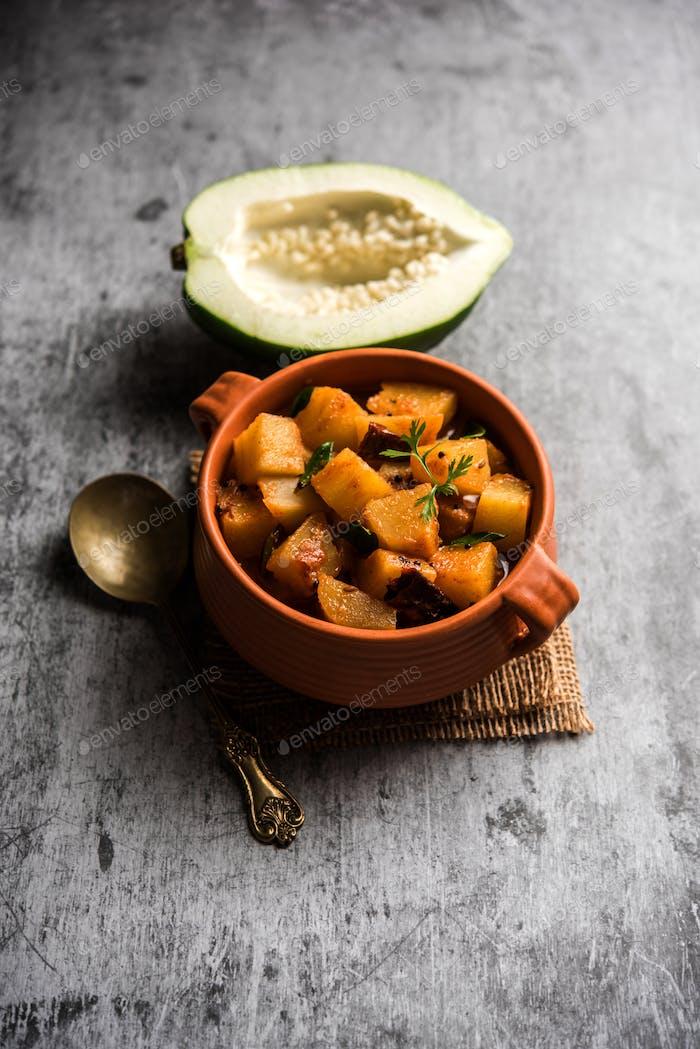 Rohes Papaya-Gemüserezept, serviert in einem Karahi oder einer Schüssel.