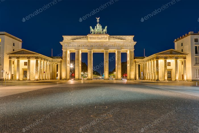 Das Brandenburger Tor in Berlin bei Dunkelheit