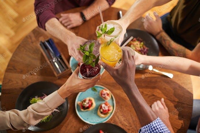 Freunde Toasten mit Drinks