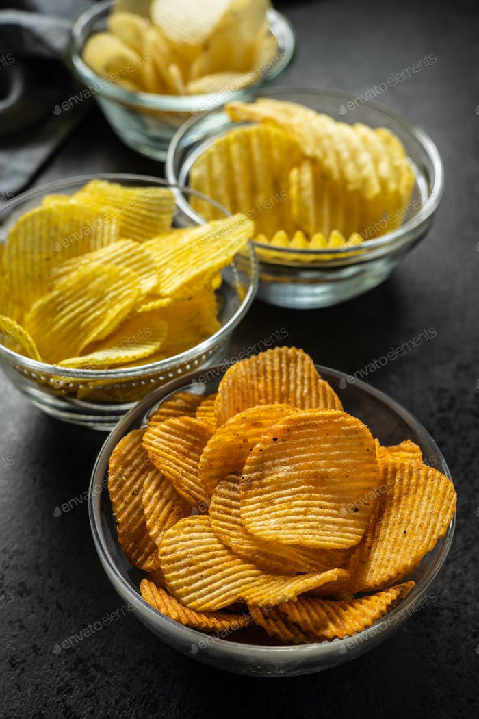Knusprige Kartoffelchips mit unterschiedlichem Geschmack.