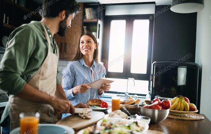 Glückliches Paar kochen zusammen in ihrer Küche