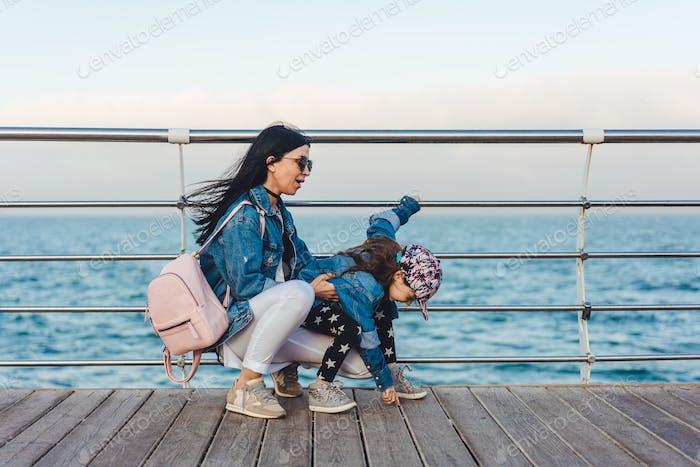 Mama und Tochter haben Spaß zusammen