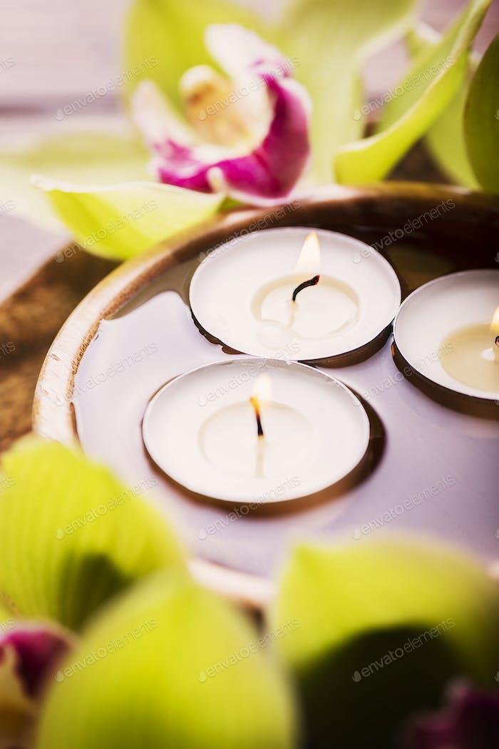 Orchidee und Kerzen