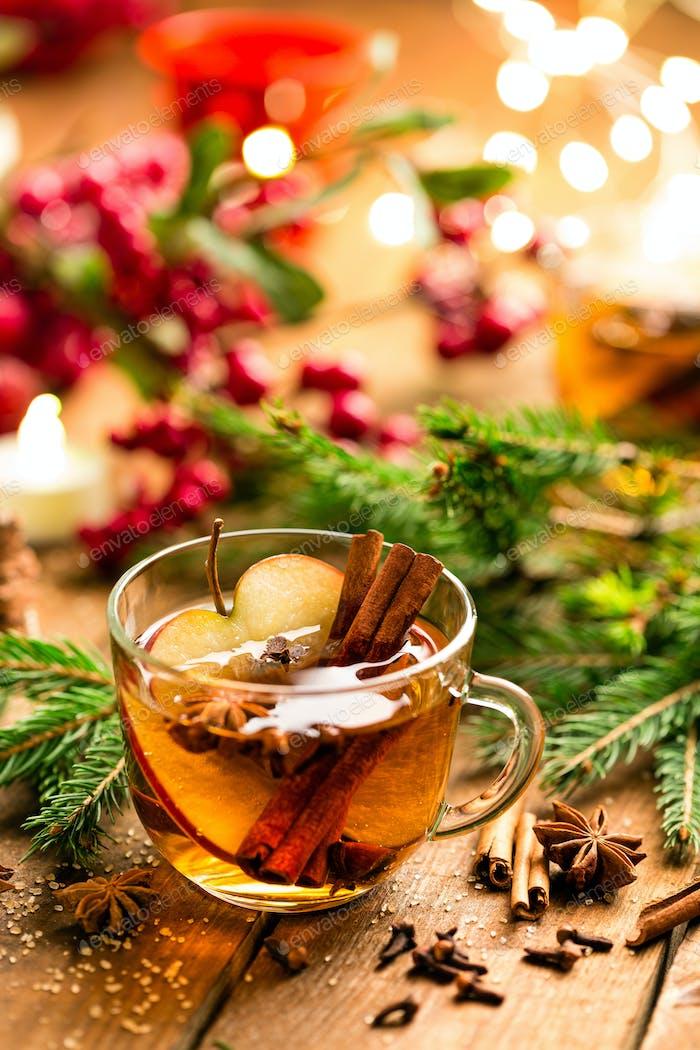 Glühwein mit Zimt, Nelken und Anis. Traditionelles Weihnachtsgetränk