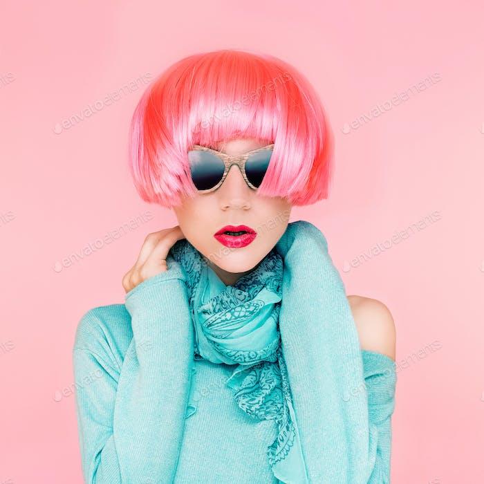 Glamouröse Mode-Dame in rosa Perücke