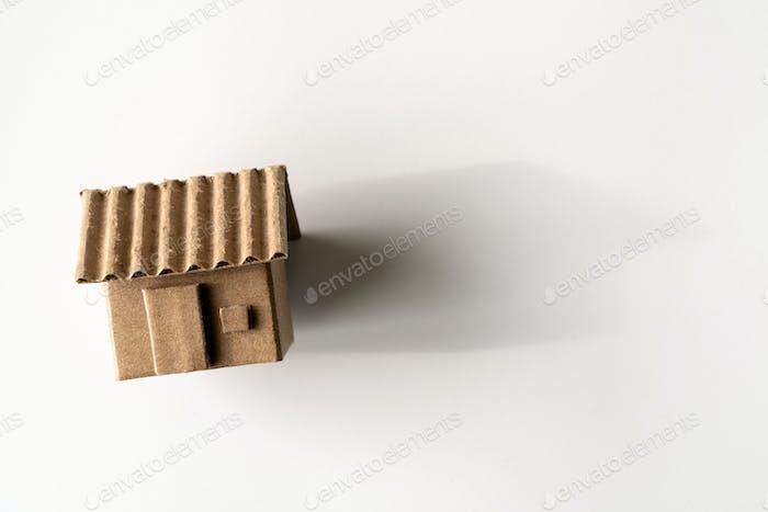 Modell des Papphauses isoliert weißen Hintergrund