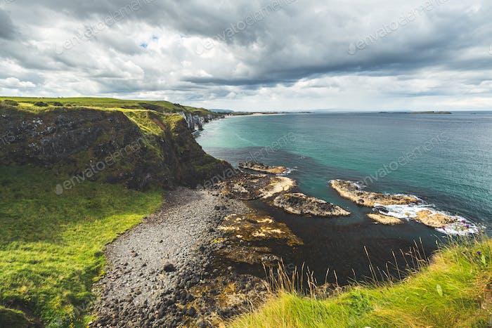 Irische Küstenlinie unter dem Hintergrund des bewölkten Himmels