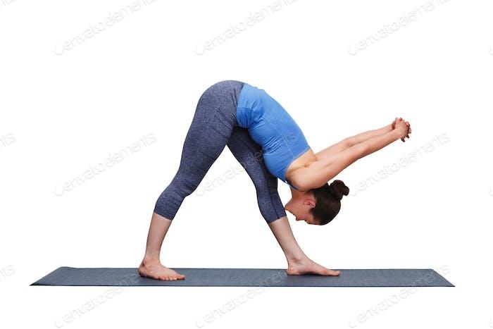 Frau tut Ashtanga Vinyasa Yoga Asana Parsvottanasana