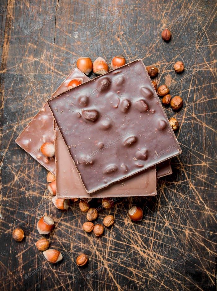 Haselnuss-Schokolade auf Holzuntergrund.