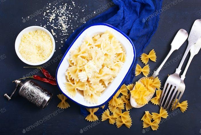 Pasta espolvoreada con queso
