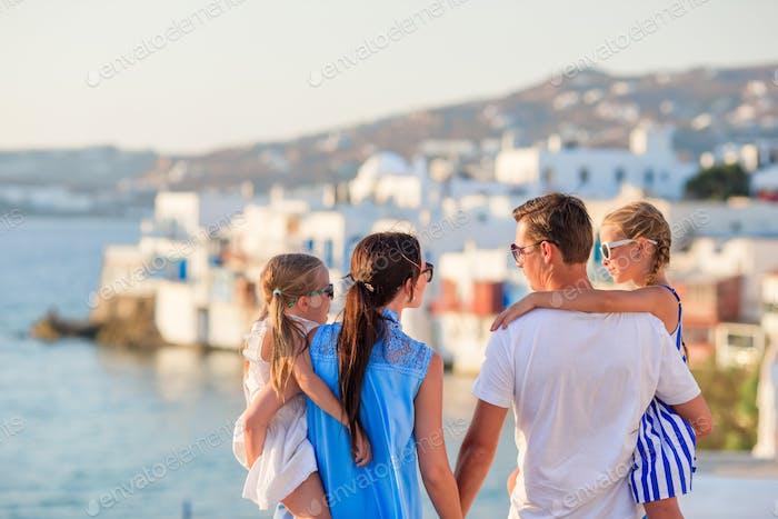 Familienurlaub in Europa. Eltern und Kinder auf Little Venice Hintergrund auf Mykonos Insel, in Griechenland