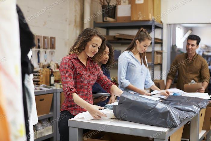 Team in einem Postraum Verpackung Kleidung Bestellungen für die Verteilung