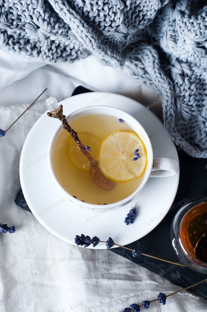 Warmer Strickpullover, Tasse heißen Tee