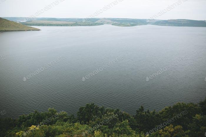 Paisaje fluvial y acantilados