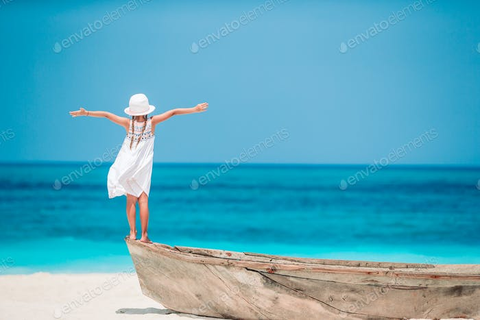 Niedliches kleines Mädchen am Strand während der Sommerferien