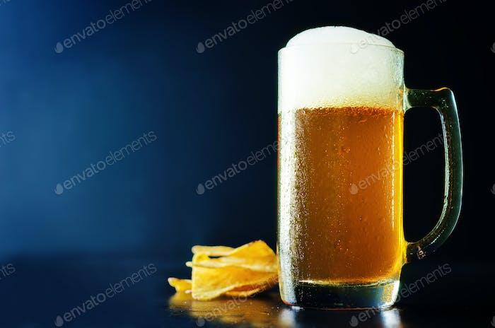 Bière en verre avec des frites
