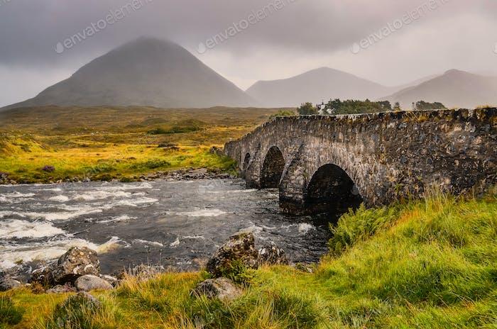 Brücke auf Sligachan mit Cuillins Hills im Hintergrund, Schottland