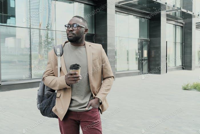 Homme africain avec café