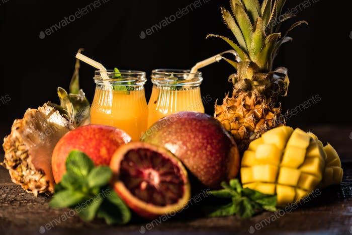 Gläser Säfte. Erfrischungen und Sommergetränke