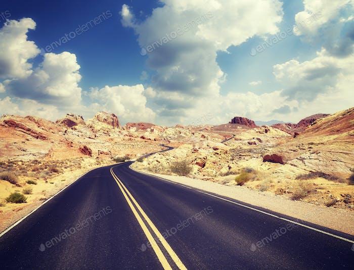 Vintage getöntes Bild einer Wüstenstraße.
