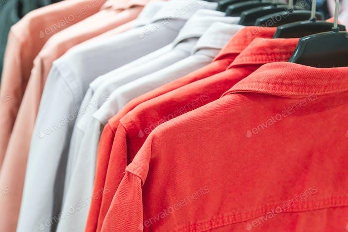 ряд красочных летних курток
