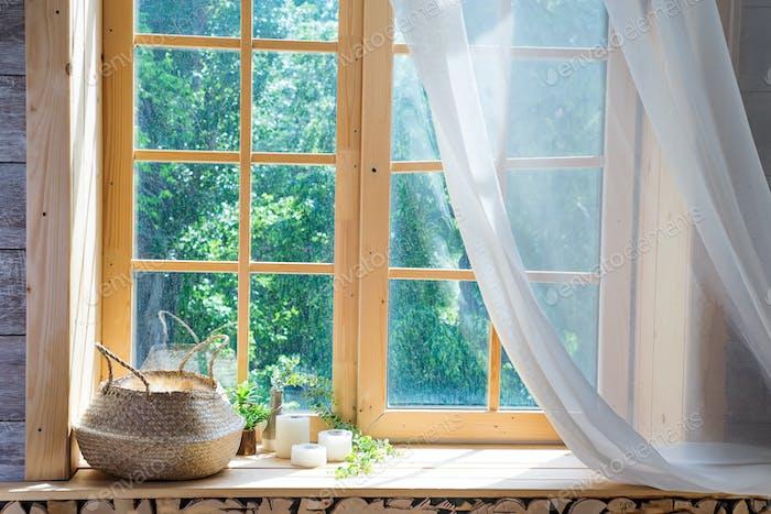 Leerraum, Holzfenster mit Vorhang und Fenster