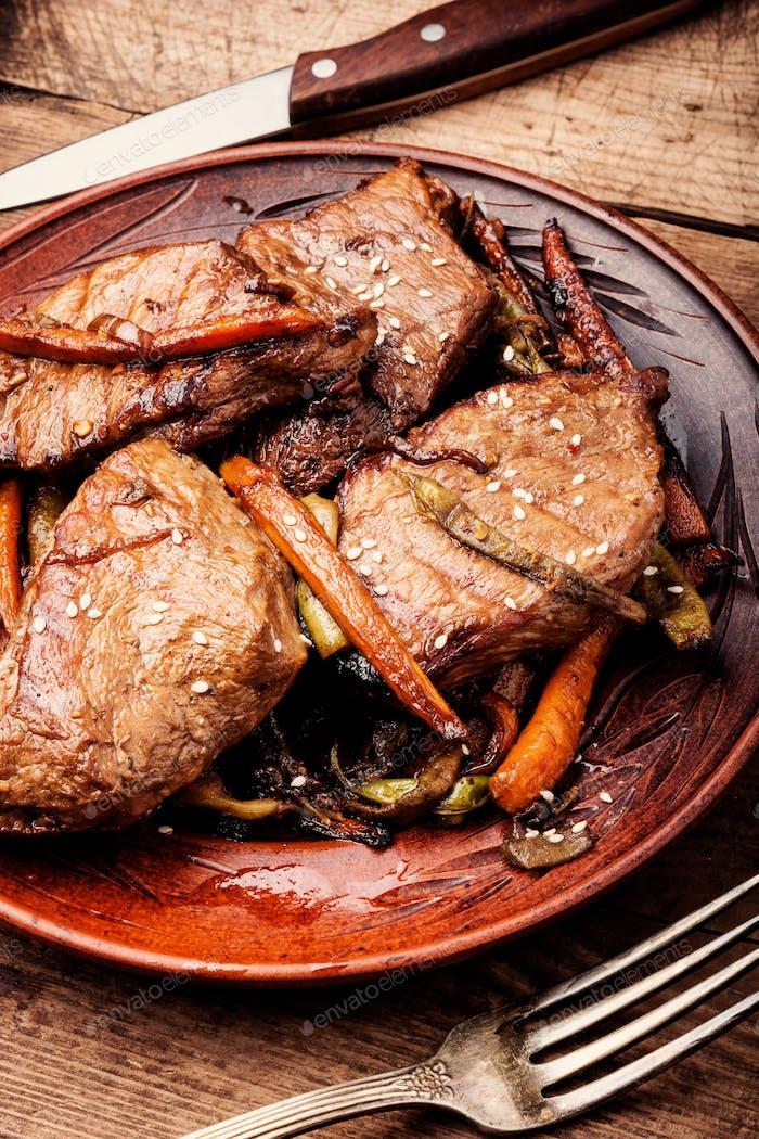 Rindfleisch mit Gemüse gedünstet