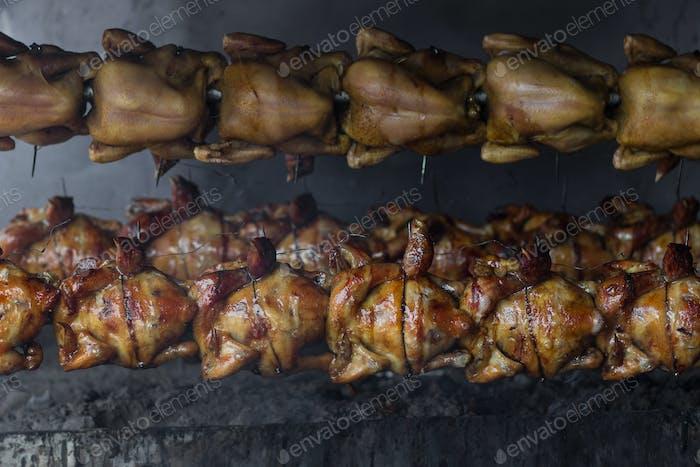 Pollo a la barbacoa en el mercado de comida callejera en Tailandia