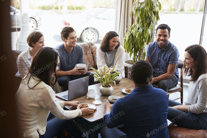 Grupo de Amigos tomando café juntos en una cafetería