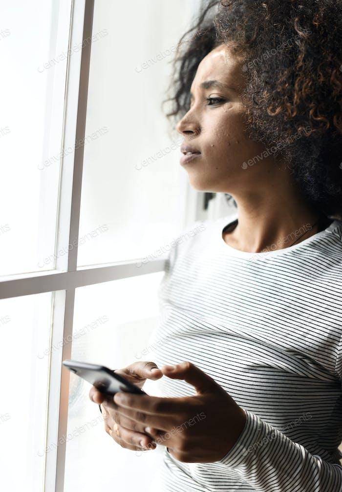 Ernste Frau mit einem Smartphone
