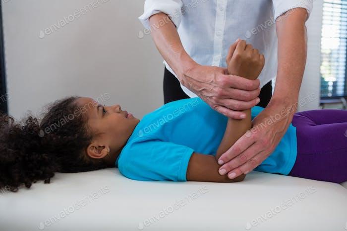 Physiotherapeut geben Handmassage zu einem Mädchen Patienten