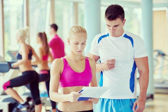 Personengruppe im Fitnessstudio