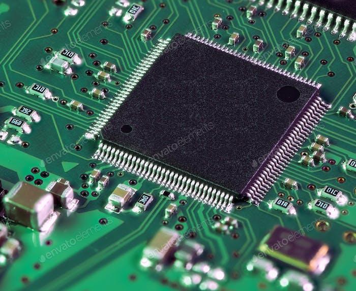 Chip del procesador en la placa base del ordenador