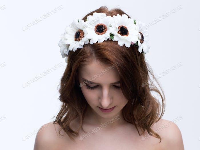 Junge schöne Frau mit Kranz auf dem Kopf