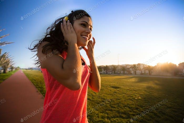 Frau zu Fuß und Musik hören