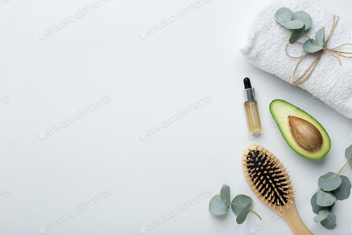 Bambus Zubehör, Avocado und ätherisches Öl auf weiß