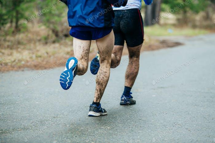 Läufer zwei junge Männer laufen entlang Straße