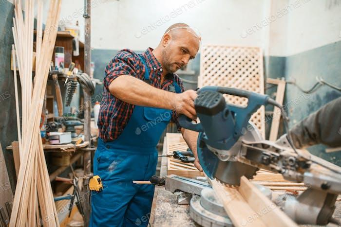 Tischlerarbeiten auf Kreissäge, Holzbearbeitung