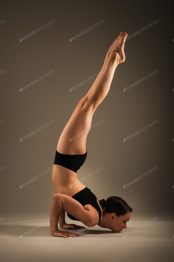 Slim athletische junge Frau tun einen Handstand