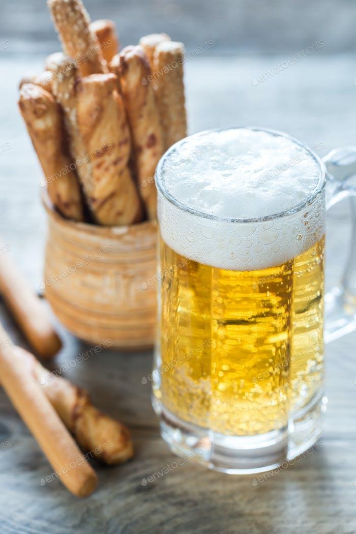 Vaso de cerveza con palitos de pan