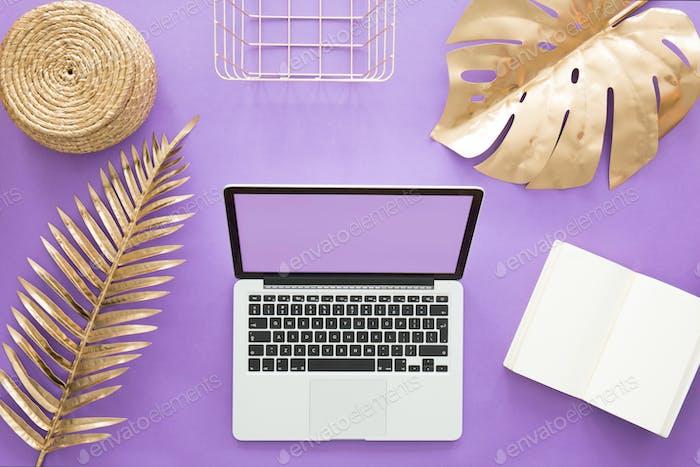 Home Office auf violettem Hintergrund