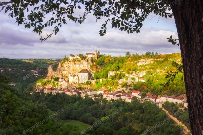 Schöner Blick auf die historische Stadt Rocamadour bei Sonnenaufgang, Frankreich