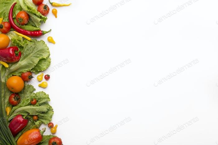 Frischer und gesunder Rahmen von verschiedenen Gemüse auf weiß