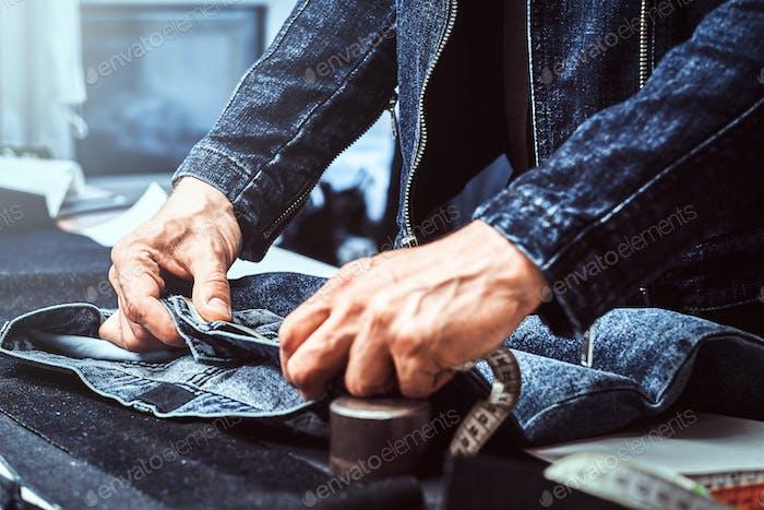 Modedesigner misst Jeans Meterware